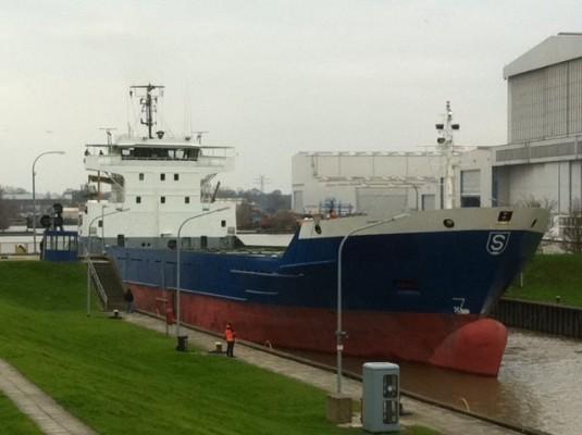 """MS """"Maria Schepers"""" bei der Überführungsfahrt (Seeschleuse Papenburg) an den neuen Eigentümer"""